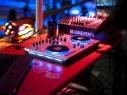Basslastige Musik kommt aus dem DJ-Pult