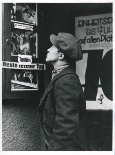 http://www.neukoellner.net/wp-content/gallery/weltwirtschaftskrise-anfang-1930-in-nk/mnk_1930_arbeitsloser_vor_lichtspieltheater.jpg
