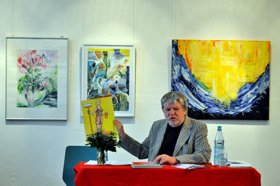 Bernhard Lassahn mit seinem Werk