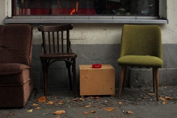Alte Sofas und anderes Secondhand-Mobiliar vor dem Frollein Langner