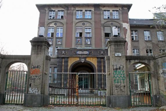 Der Eingang der ehemaligen Frauenklinik