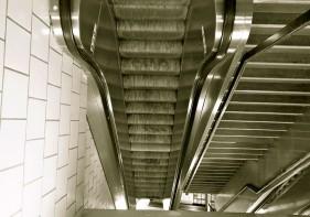 Rolltreppe abwärts von der U8 zur U7 am Hermannplatz. Foto: Gina Reimann