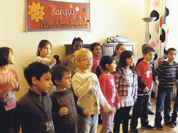 Kinder singen für das Warthe-Mahl-Team.