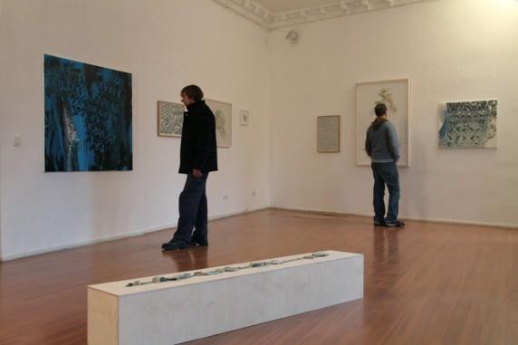 Zwei Besucher im Kunstraum, Bilder an der Wand