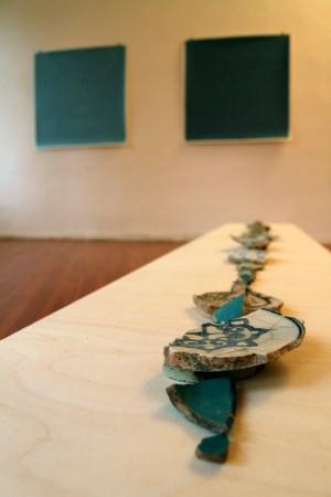 Keramikscherben auf einem Podest