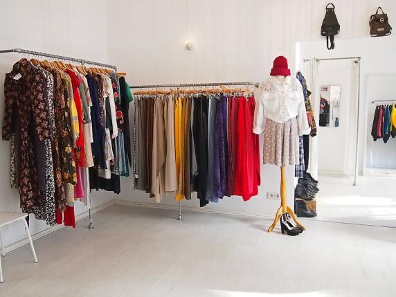 Sieht aus wie eine teure Modeboutique, ist aber eine Vintage-Secondhand-Laden (Foto: Katrin Friedmann).