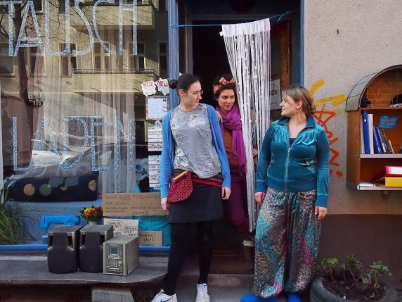 Die Macherinnen des Tauschladens tragen auf diesem Bild nur Kleidung aus ihrem eigenen Laden (Foto: Max Büch).
