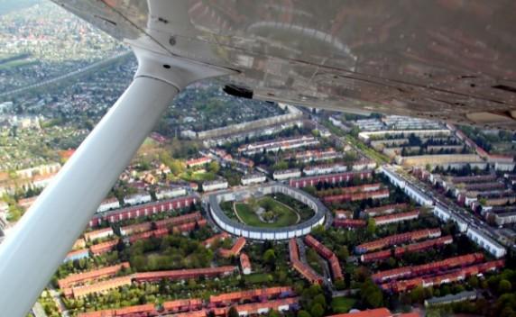 Luftbild_HufeisensiedlungFlugzeug-585x361