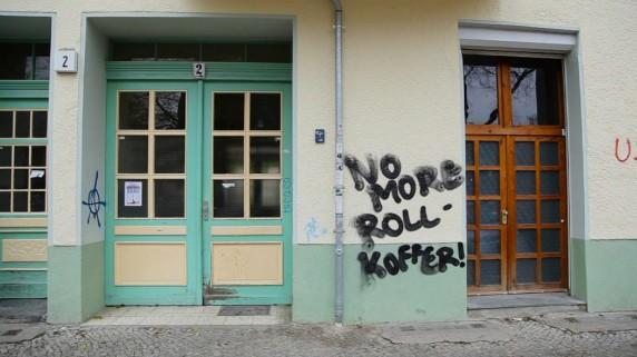 """""""No more Rollkoffer"""" - einer von vielen Touristen-feindlichen Tags auf Berliner Häuserwänden. (Foto: alfaville)"""