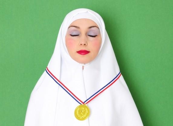 Verschleierte Frau mit Medaille