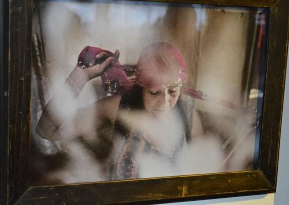 'mädchenhafte Geste einer alten Zigeunerin'