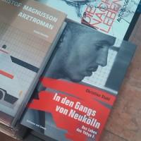 """Passend? Buchauslage von """"in den Gangs von Neukölln"""" - direkt neben """"Arztroman""""."""