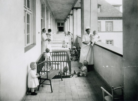 Hebammen bei der Kinderbetreuung am Mariendorfer Weg (Foto: Museum Neukölln)