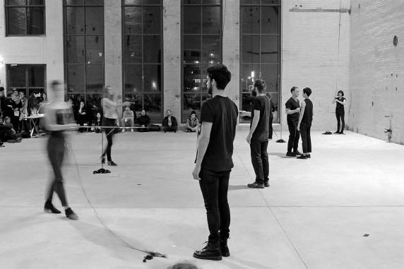 """Filmrollen als Saiteninstrument: Darsteller der Performance """"tasks"""", die eigens für diesen Abend von Jasmin Schaitl und William """"Bilwa"""" Costa konzipiert wurde (Foto: Nicolas Wiese, Quiet Cue)"""