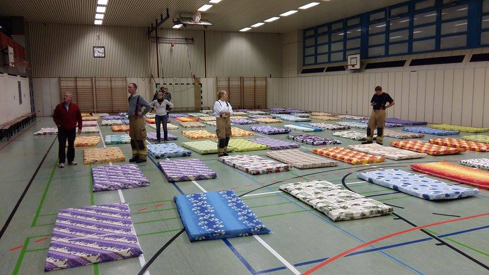 Matratzenlager  Neue Notunterkunft am Efeuweg | neukoellner.net | Berlin-Neukölln