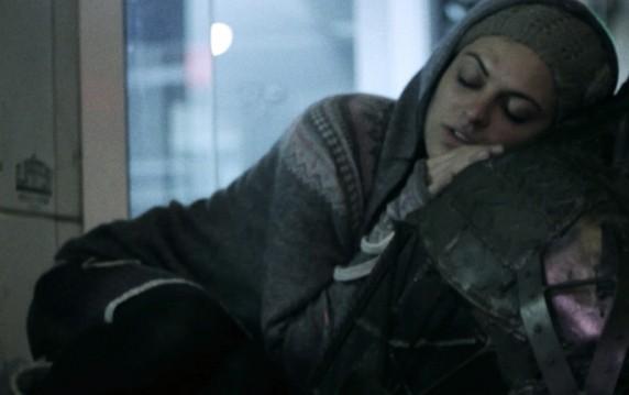 Die drogensüchtige Anna (Alex Anasuya) will vor allem eins: sich ihrem Rausch hingeben