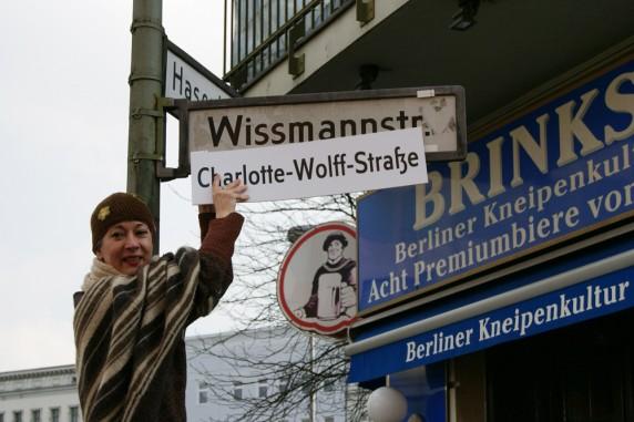 Symbolisch umbenannt: Die Neuköllner Senats-Abgeordnete Dr. Susanna Kahlefeld (Grüne) überklebt die Wissmannstraße mit Charlotte-Wolff-Straße. (Foto: Fabian Friedmann)