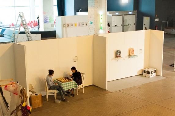 Runde essbares Schach gefällig? Die Künstler Amy Alexander und Michael Conzelmann in ihrer Installation (Foto: