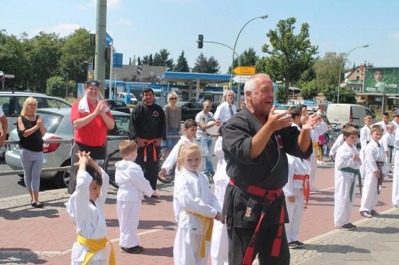 Karate-Andy mit seinen Karate-Kids. (Bild: Elisa Heidenreich)