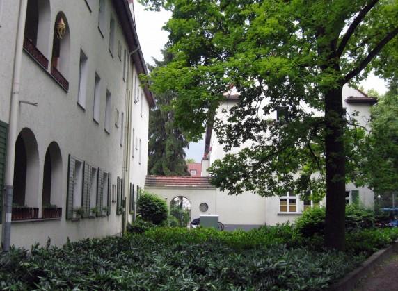 Die Balkone der 20er-Jahre-Häuser sind von Halbbögen eingerahmt. (Foto: Cornelia Saxe)
