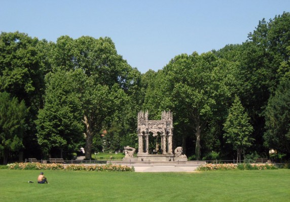 Märchenhafter Brunnen mitten im Park (Foto: Cornelia Saxe)