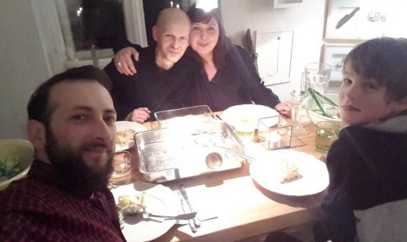 It's Selfie Time: Annette mit Familie und Ayham nach ihrem ersten Welcome Dinner.