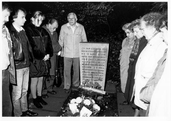 Werner Gutsche bei einer Ehrung von Werner Seelenbinder an dessen Grab im Jahr 1991 (Foto: Archiv VVN-BdA)