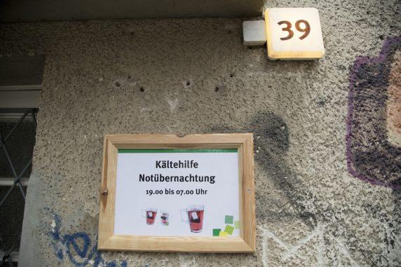 Der Schild der Kaeltehilfe in der Teupitzer Straße 39 ist fotografiert in Berlin-Neukoelln am 13. Januar 2017.
