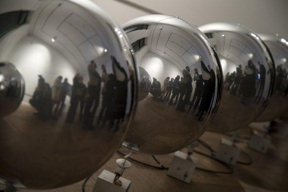 """Spiegelungen in der Installation """"Aufsteigen 8"""" von Katrin Wegemann"""