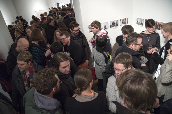 Dichtes Gedränge bei der Verleihung des ersten Neuköllner Kunstpreises in der kommunalen Galerie im Saalbau