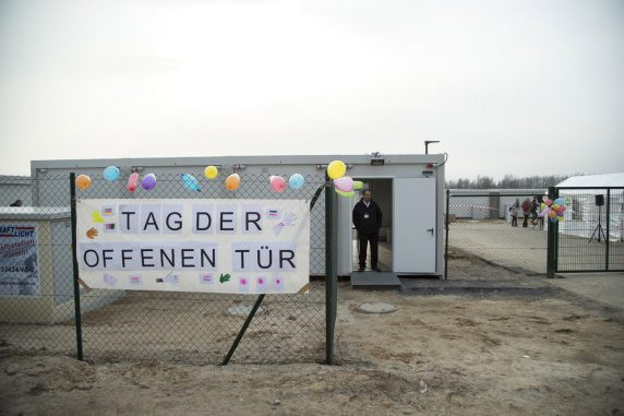 Eingang zum Containerdorf (Foto: Emmanuele Contini)