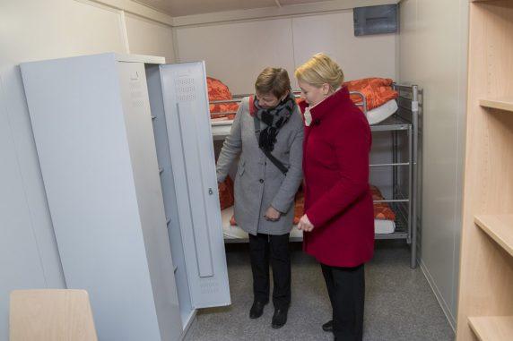 Franziska Giffey (r.) und Elke Breitenbach (r.) schauen sich die Möbel in den temporären Unterkünften an. (Foto: Emmanuele Contini)