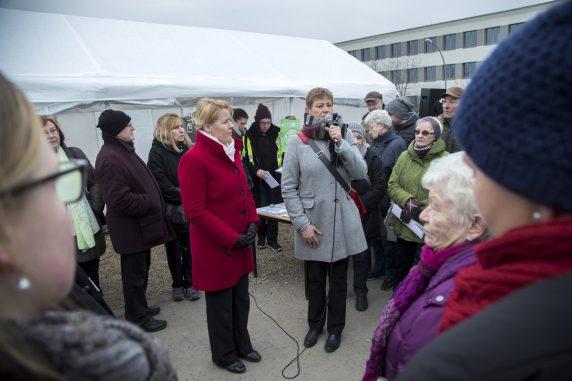 Franziska Giffey (l. und Sozialsenatorin Elke Breitenbach informieren die Besucher über die Tempohomes. (Foto: Emmanuele Contini)