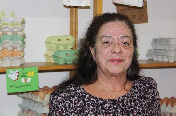 Hannelore ist stolz auf die Qualität der Hofeier, die sie im Gold-Ei anbietet. Manche Stammkunden reisen sogar aus Spandau an, um bei ihr einzukaufen.