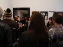 Ann-Kathrin Rudorf führt durch die Ausstellung