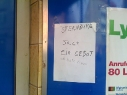 evapaula-an-einem-kiosk-in-der-erkstra%c3%9fe