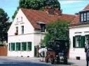 Eine Kutsche aus dem Fuhrunternehmen Schöne rollt durchs Böhmische Dorf