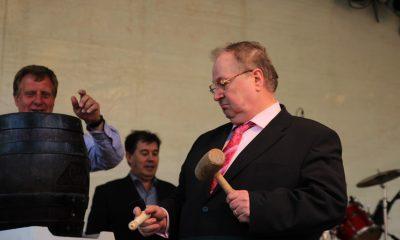 Bürgermeister Heinz Buschkowski beim Anstich