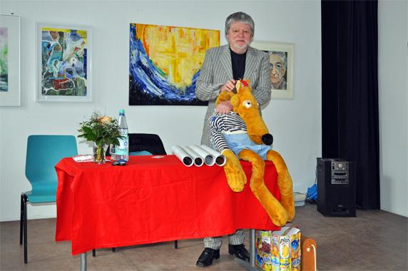 Bernhard Lassahn mit seiner Hein-Blöd-Puppe