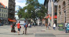 Der Platz der Stadt Hof vor der Umgestaltung: Nicht mehr, als ein besserer Gehweg.