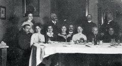 Familienfeier im Hause Bonwitt. Ganz rechts, sitzend: Caroline Bonwitt. Rechts, stehend: Louis Bonwitt