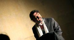 Sven Carl Gusowski in der Rolle des mittelmäßigen Kontrabassisten. Foto: Max Büch