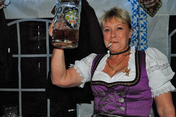 Frau mit Maßkrug