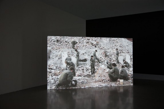 """""""Dramatische Funde im Schutthaufen"""" Videoarbeit von Yvon Chabrowski, Installationsansicht © yvon chabrowski 2013 & VG Bildkunst"""