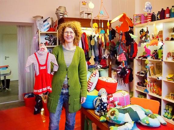 Für dieses Strickkleid findet sich bestimmt schnell ein Käufer. Nikola in ihrem Second Hand-Kinderladen (Foto: Katrin Friedmann).