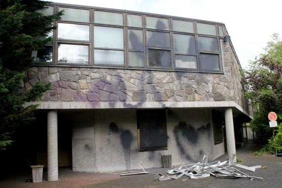 Das ehemalige Schwimmbad ist eine Ruine.