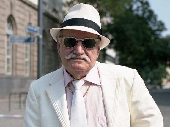 Ali Akedniz trägt zum Interview einen leichten, hellen Sommeranzug, den er in der Türkei gekauft hat. Und immer dabei: der Hut. Foto: Anna Blattner.
