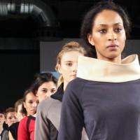 Mode mit Poesie und Kapuzen