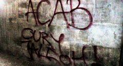 """""""ACAB"""" und """"Oury Jalloh"""" auf der Rathausfassade. Foto: telegehirn."""