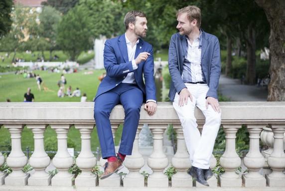 Kennt sich auch aus in der Bundespolitik: Jan-Christopher Rämer mit dem Berliner Kulturstaatssekretär Tim Renner im Körnerpark. (Foto: Anna Blattner)